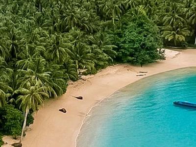 Luluni bungalows is located in an idyllic bay